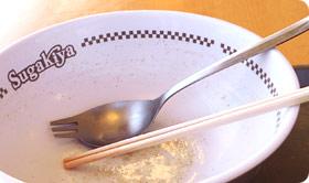 そして残されたスガキヤスプーン (あぁ!ごめんなさい,今日も箸を使ってしまった)